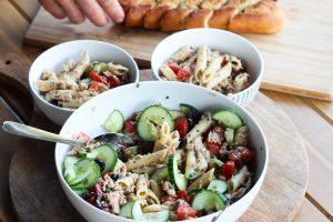 Frisse pastasalade met tonijn voor de warme zomerdagen